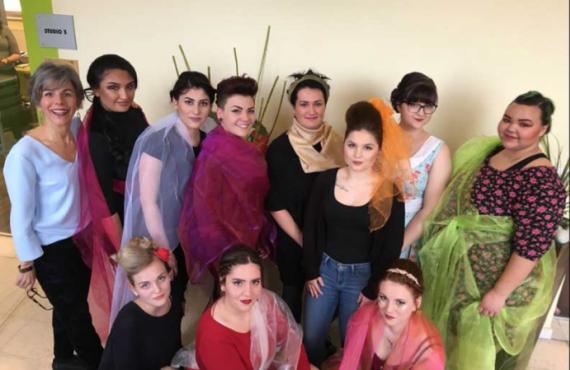 Auf diesem Bild sind Schüler des Lehrberufsschule St. Pölten bei der Frühlingsshow der Friseure zu sehen.