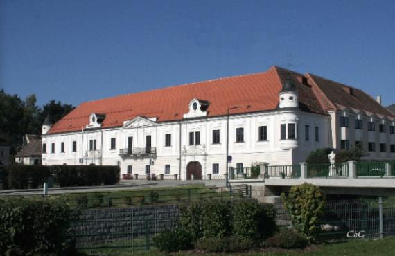 Auf dem Bild ist die Landesberufschule Schrems zu sehen.