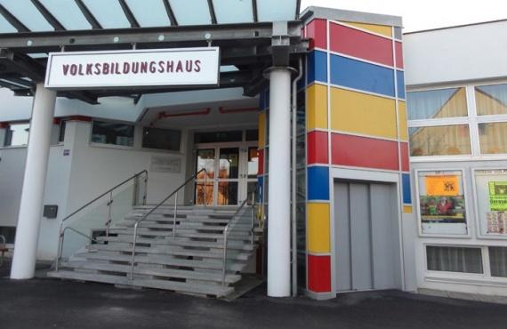 Zu sehen ist der Haupteingang des VBH Oberklasse, wo die Veranstaltung stattfinden wird.