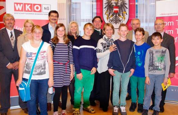 Schülerinnen und Schüler sowie Vertreterinnen und Vertreter am Berufsinfotag in Gänserndorf.