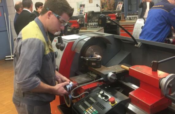 Ein Schüler der LBS Mistelbach ist im Werkstättenunterricht zu sehen