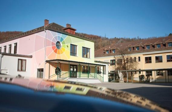 Das Gebäude der Landesberufschule Lilienfeld mit seinem bunten Anstrich auf der Fassade.